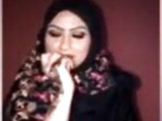 Flashing Big Tits Mom video: Sexy Arabic showing boobs in webcam