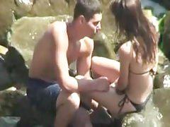 Los adolescentes follan en secreto en la playa