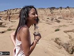 Maya Bijou scappa su persone che guardano la sua striscia e scopano