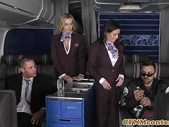 Assfucked CFNM Stewardess schließt sich Mile High Club