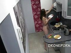 Czeski nudysta w kuchni