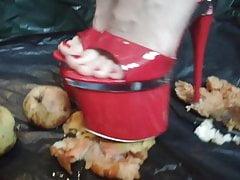 Lady L aplasta manzanas con tacones extremos de 20 cm.