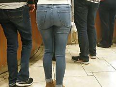 Szczery drobny tyłek w obcisłych dżinsach