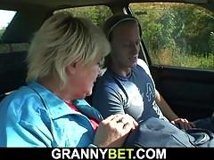 Alte Oma wird am Straßenrand angeschraubt