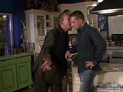 Stary mąż patrzy, jak pieprzy się z innym mężczyzną