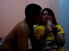 La star du porno Juliet Delrosario en train de boire avec un homme noir à l'hôtel