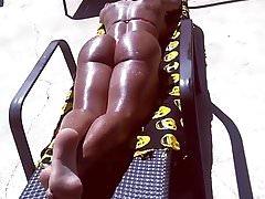 belle femme corps sculptural sur la plage