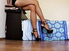 Pokazywanie seksownych długich nóg w sandałach na wysokim obcasie