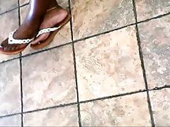 candida bella bionda intreccia i piedi di ebano