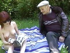 Starý muž fucking mladá slut na louce