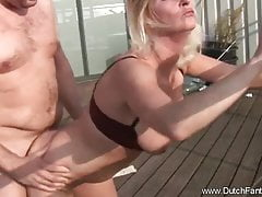 Une milf hollandaise blonde se fait prendre