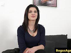 18-letni busty węgierski cumsprayed na castingu