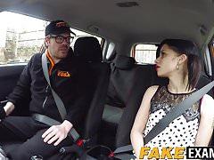 Śliczna angielska dziwka Myla Elyse pieprzy swojego seksownego nauczyciela jazdy