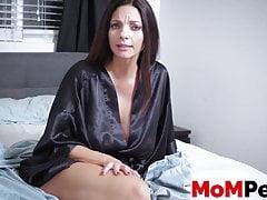 Deviant MILF atrae a un adolescente curioso en el dormitorio para que lo laman