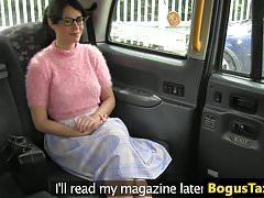 Spex brit ssie i jeździ kogutem, by zapłacić za taksówkę