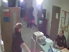 dospělý ženský policajt umiluje chlápek
