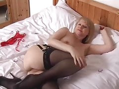 Sexy Milf Amanda Degas spielt mit sich selbst