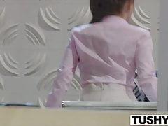TUSHY Lana Rhoades stawia się na pokazie analnym