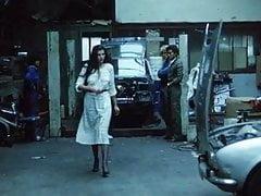 Brunetka dostaje MOT w garażu