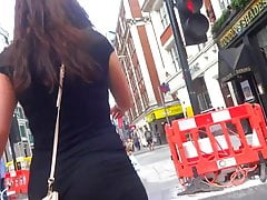 Seksowna brunetka PAWG w obcisłej sukience