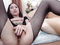 Asian MILF in calze sborra e schizza