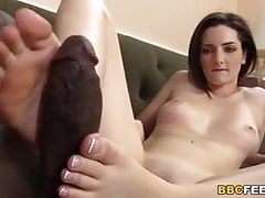 Tegan Mohr daje czarne kutasy footjob