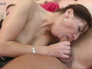 熱的成熟媽媽由她的小男孩操
