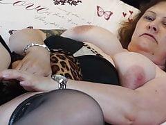 Echte reife Mutter mit großen Titten und nasser Muschi