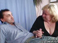 Deux mecs s'amusent avec une grand-mère blonde aux gros seins