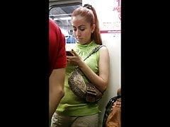 hübsches Mädchen in der Metro L2 betrachten
