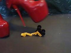 Dame L Crush-Cut-Spielzeug mit roten sexy Stiefeln.