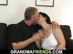 Anziana in lingerie bianca in un'orgia a tre
