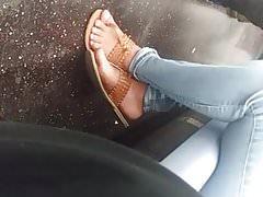 Semelles et pieds latins candides.
