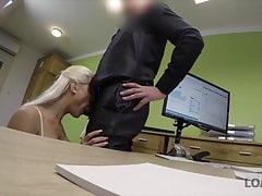 Piękna blondynka płaci za seks dla przyszłości swojego biznesu