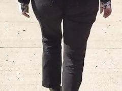 Wysoki pawg w wyblakłych dżinsach 2