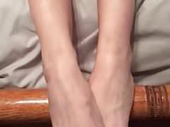Moja chrześnica wystawia na męża piękne stopy i zarośla
