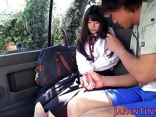 Cumswallowing汽車的亞裔女小學生