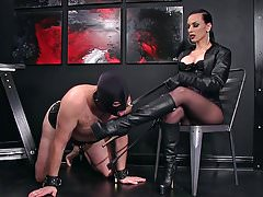 Femdomlady und Bootlicking Male Slave