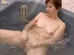 Oma Anna masturbiert