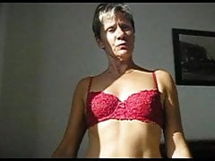 femme au foyer française se déshabille puis montre la nudité de près