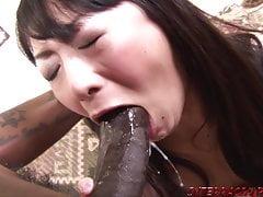 Asiatische Frau von großen schwarzen Schwanz und Schwalben gehämmert