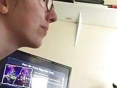 ragazza nerd succhia e tira