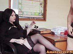 Office babe instruuje svého otroka během cfnm
