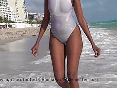 Costume da bagno bianco trasparente sulla spiaggia pubblica