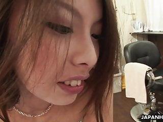 令人敬畏的亚洲婊子在她性交时被吸了一口气