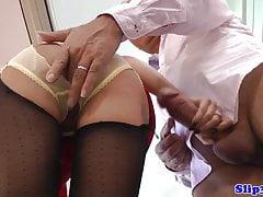 Jeune britannique chatte en lingerie par senior