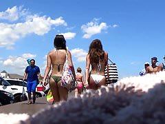 Deux très beaux culs de bikini avec fossettes