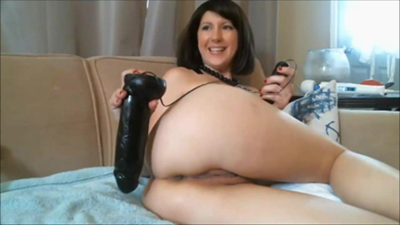 Домохозяйка ебет себя огромным дилдо, девушки целуются секс видео