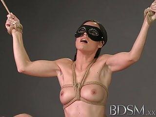 BDSM XXX Ragazzi rilegati si fanno scopare una bella faccia dura