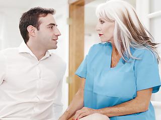 Psicoterapeuta di 65 anni lavora a un giovane ragazzo